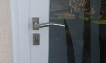 NIMES - 30000 - Pose d'une porte d'entrée PVC vitrée sur mesure en rénovation