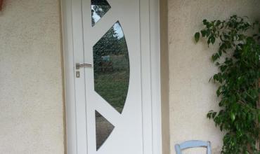UZES - 30700 - Pose d'une porte d'entrée PVC sur mesure en rénovation