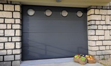 NIMES - 30000 - Installation d'une porte sectionnelle Alu motorisée